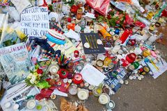 18 ΙΑΝΟΥΑΡΊΟΥ 2015 - ΠΑΡΙΣΙ: Suis Charlie Je - που πενθούν στα 10 τη rue Nicolas-Appert για τα θύματα της σφαγής στους Γάλλους Στοκ Φωτογραφίες