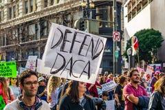 """19 Ιανουαρίου 2019 Σαν Φρανσίσκο/ασβέστιο/ΗΠΑ - σημάδι τον Μαρτίου """"υπερασπίστε του DACA """"των γυναικών στοκ φωτογραφίες με δικαίωμα ελεύθερης χρήσης"""