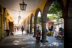 12 Ιανουαρίου 2017 Talaquepaque, Γουαδαλαχάρα, Μεξικό Πλανόδιοι πωλητές και στιλβωτές παπουτσιών Στοκ Φωτογραφία