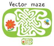Διανυσματικός λαβύρινθος, λαβύρινθος με την πετώντας μέλισσα και λουλούδι Στοκ Φωτογραφίες