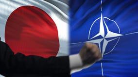 Ιαπωνία εναντίον της αντιμετώπισης του ΝΑΤΟ, διαφωνία χωρών, πυγμές στο υπόβαθρο σημαιών απόθεμα βίντεο