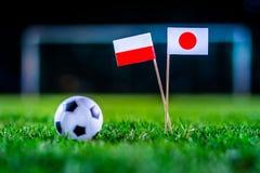 Ιαπωνία - Πολωνία, ομάδα Χ, Πέμπτη, 28 Ποδόσφαιρο Ιουνίου, Παγκόσμιο Κύπελλο, Ρωσία 2018, εθνικές σημαίες στην πράσινη χλόη, άσπρ στοκ φωτογραφίες