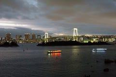 Ιαπωνία, Τόκιο, άποψη νύχτας του κόλπου με τη γέφυρά του και του αγάλματος της ελευθερίας Στοκ Φωτογραφίες