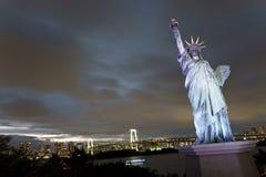 Ιαπωνία, Τόκιο, άποψη νύχτας του κόλπου με τη γέφυρά του και του αγάλματος της ελευθερίας Στοκ Εικόνα