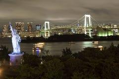 Ιαπωνία, Τόκιο, άποψη νύχτας του κόλπου με τη γέφυρά του και του αγάλματος της ελευθερίας Στοκ φωτογραφία με δικαίωμα ελεύθερης χρήσης