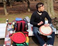 Ιαπωνικά άτομα που ασκούν στα bongos στο πάρκο Τόκιο Στοκ Φωτογραφίες