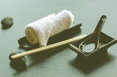 Ιαπωνικά, ασιατικά εργαλεία τροφίμων - ζευγάρι chopsticks, καυτή πετσέτα weat, κεραμικό μαύρο κουτάλι, σκοτεινή πέτρα στο εστιατό Στοκ φωτογραφία με δικαίωμα ελεύθερης χρήσης