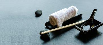 Ιαπωνικά, ασιατικά εργαλεία τροφίμων - ζευγάρι chopsticks, καυτή πετσέτα weat, κεραμικό μαύρο κουτάλι, σκοτεινή πέτρα Κατάλογος ε Στοκ εικόνα με δικαίωμα ελεύθερης χρήσης