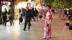 Ιαπωνικά γκέισα στην οδό, κοίταγμα ανθρώπων απόθεμα βίντεο