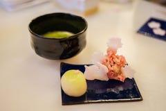 Ιαπωνικά γλυκά και πράσινο τσάι στοκ φωτογραφία με δικαίωμα ελεύθερης χρήσης