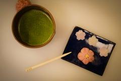 Ιαπωνικά γλυκά και πράσινο τσάι στοκ εικόνα