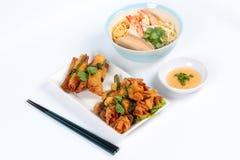 Ιαπωνικά νουντλς & x22 ολοκληρωμένες streaky χοιρινό κρέας και γαρίδες με το χρυσό επιδόρπιο στοκ φωτογραφία