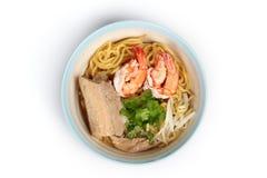Ιαπωνικά νουντλς & x22 ramen& x22  ολοκληρωμένες streaky χοιρινό κρέας και γαρίδες σε pork& x27 σούπα κόκκαλων του s στοκ εικόνες με δικαίωμα ελεύθερης χρήσης