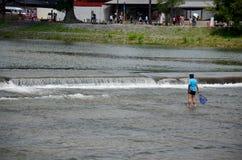 Ιαπωνικά παιδιά που αλιεύουν τα ψάρια στον ποταμό Hozugawa Arashiyama Στοκ εικόνες με δικαίωμα ελεύθερης χρήσης