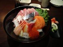 Ιαπωνικά παραδοσιακά ιαπωνικά τρόφιμα σουσιών, δίσκος κομμάτων σουσιών, καθορισμένο ο στοκ εικόνα