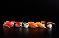 Ιαπωνικά σούσια θαλασσινών, στο μαύρο υπόβαθρο Στοκ Εικόνες