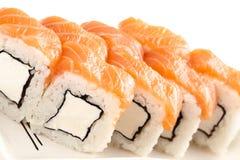 ιαπωνικά σούσια τροφίμων π&alp Φρέσκοι ρόλοι της Φιλαδέλφειας Στοκ φωτογραφία με δικαίωμα ελεύθερης χρήσης