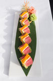 Ιαπωνικά σούσια τόνου που εξυπηρετούνται σε ένα πράσινο φύλλο στοκ εικόνα με δικαίωμα ελεύθερης χρήσης