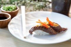 Ιαπωνικά σούσια nigiri βόειου κρέατος τροφίμων Στοκ φωτογραφίες με δικαίωμα ελεύθερης χρήσης