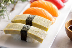 Ιαπωνικά σούσια nigiri κουζινών που τίθενται με το wasabi, τη σάλτσα σόγιας, και το γ Στοκ Εικόνες