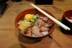 Ιαπωνικά τρόφιμα για το κρέας ρυζιού και το ακατέργαστο αυγό Στοκ Εικόνα