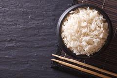 Ιαπωνικά τρόφιμα: ρύζι κατά μια μαύρη horiozntal τοπ άποψη κύπελλων Στοκ φωτογραφία με δικαίωμα ελεύθερης χρήσης