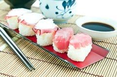 Ιαπωνικά τρόφιμα - σούσια τόνου & σούσια χταποδιών στο χαλί μπαμπού Στοκ Εικόνες