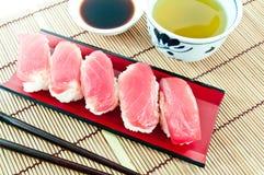 Ιαπωνικά τρόφιμα - σούσια τόνου στο χαλί μπαμπού Στοκ Εικόνες