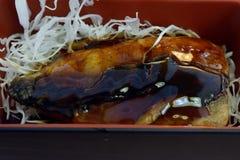 Ιαπωνικά τρόφιμα, ψημένα στη σχάρα ψάρια soba σε ένα κιβώτιο στοκ φωτογραφία με δικαίωμα ελεύθερης χρήσης