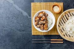 Ιαπωνικά τρόφιμα teriyaki ρυζιού κοτόπουλου Υπόβαθρο πλακών, τοπ άποψη Στοκ Φωτογραφία