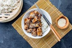 Ιαπωνικά τρόφιμα teriyaki ρυζιού κοτόπουλου Υπόβαθρο πλακών, τοπ άποψη Στοκ φωτογραφία με δικαίωμα ελεύθερης χρήσης