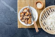 Ιαπωνικά τρόφιμα teriyaki ρυζιού κοτόπουλου Υπόβαθρο πλακών, τοπ άποψη Στοκ Εικόνες