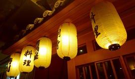 Ιαπωνικά φανάρια μπροστά από τον ιαπωνικό φραγμό κρασιού και σουσιών Στοκ φωτογραφίες με δικαίωμα ελεύθερης χρήσης