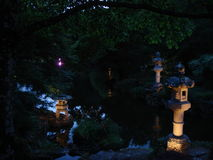 Ιαπωνικά φανάρια τη νύχτα στο πάρκο Maulévrier Στοκ φωτογραφία με δικαίωμα ελεύθερης χρήσης