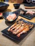 Ιαπωνικές γλυκές γαρίδες τροφίμων που ψήνονται στη σχάρα με το φρέσκο σολομό στοκ εικόνα με δικαίωμα ελεύθερης χρήσης