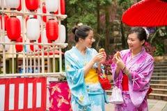 Ιαπωνικές γυναίκες που πηγαίνουν στην τοπική λάρνακα Στοκ φωτογραφία με δικαίωμα ελεύθερης χρήσης