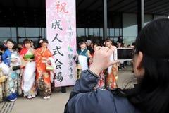 Ιαπωνικές νέες γυναίκες που φορούν το παραδοσιακό κιμονό Στοκ Φωτογραφία