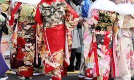 Ιαπωνικές νέες γυναίκες που φορούν το παραδοσιακό κιμονό Στοκ Εικόνες