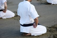 Ιαπωνικές karate πολεμικές τέχνες που εκπαιδεύουν στην παραλία Στοκ Φωτογραφία