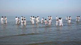 Ιαπωνικές karate πολεμικές τέχνες που εκπαιδεύουν στην παραλία απόθεμα βίντεο