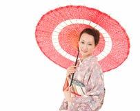 Ιαπωνική γυναίκα κιμονό με την κόκκινη παραδοσιακή ομπρέλα Στοκ Εικόνες