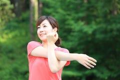 Ιαπωνική γυναίκα που κάνει το τέντωμα στοκ φωτογραφίες