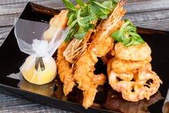 Ιαπωνική εθνική δημοφιλής κουζίνα Σούσια, ρύζι και ψάρια Νόστιμα, υπέροχα εξυπηρετούμενα τρόφιμα σε ένα εστιατόριο, καφές, με τα  στοκ εικόνα με δικαίωμα ελεύθερης χρήσης