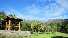 Ιαπωνική κατασκευή στο πάρκο Λα Καρολίνα στη σύγχρονη περιοχή της πόλης του Κουίτο με το ηφαίστειο Pichincha στο υπόβαθρο Στοκ Φωτογραφία