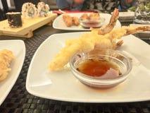 Ιαπωνική κουζίνα - γαρίδες & x28 Tempura Τσιγαρισμένο Shrimps& x29  με τη σάλτσα Στοκ εικόνες με δικαίωμα ελεύθερης χρήσης