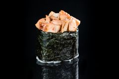 Ιαπωνική κουζίνα Ορεκτικός πικάντικος Unagi ρόλος Gunkan με το ρύζι, στοκ εικόνα με δικαίωμα ελεύθερης χρήσης