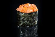 Ιαπωνική κουζίνα Ορεκτικός ρόλος χάρης Gunkan πικάντικος με το ρύζι, s στοκ εικόνα με δικαίωμα ελεύθερης χρήσης