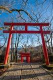Ιαπωνική κόκκινη ξύλινη πύλη εισόδων στοκ εικόνα με δικαίωμα ελεύθερης χρήσης