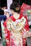 Ιαπωνική νέα γυναίκα που φορά το παραδοσιακό κιμονό Στοκ φωτογραφία με δικαίωμα ελεύθερης χρήσης