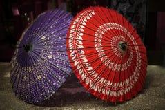 Ιαπωνική ομπρέλα εγγράφου δύο σε μια αγορά οδών Στοκ εικόνες με δικαίωμα ελεύθερης χρήσης